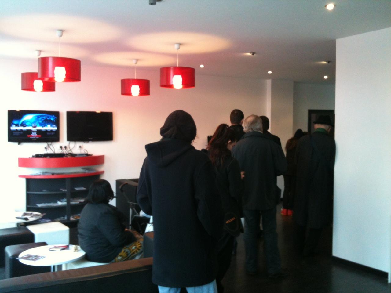 free mobile par mesure de s curit l acc s au free center est restreint 30 personnes. Black Bedroom Furniture Sets. Home Design Ideas