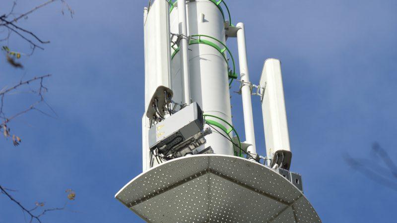 Reportage-photos : de la fabrication à l'installation d'une antenne-pylône Free Mobile