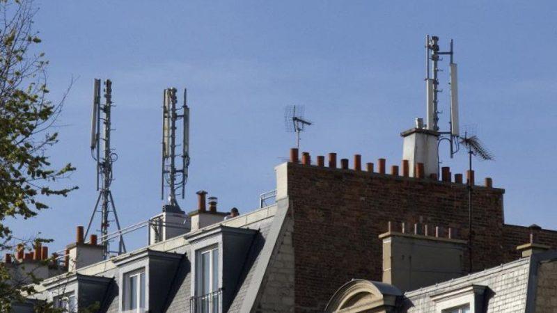 Des riverains et un collectif font bloc physiquement face à l'installation d'une antenne Free mobile