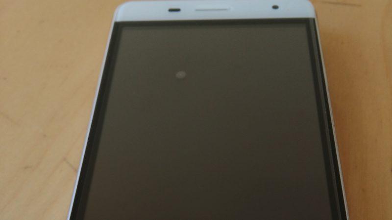 Univers Freebox teste le Oukitel K4000 Pro, le smartphone qui fait le buzz avec son écran ultra-résistant de 1.1 mm d'épaisseur