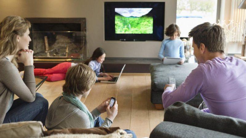 Les Français regardent toujours plus la télévision