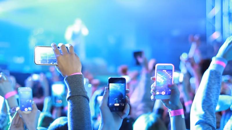 Les smartphones agacent de plus en plus d'artistes. Faut-il les interdire en concert ?