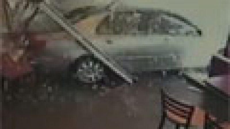 Zapping : Une conductrice défonce la vitrine d'un fast-food…
