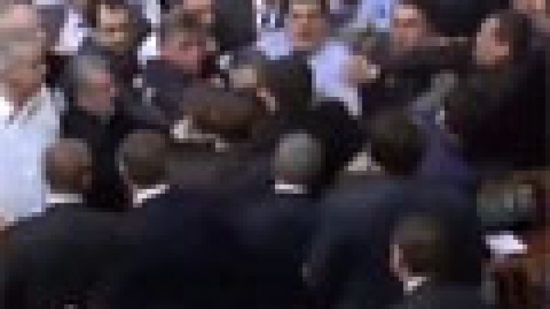 Zapping : Grosse bagarre au parlement…