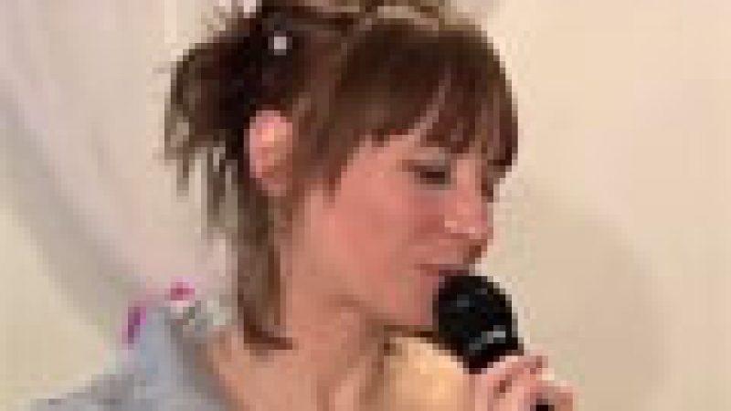 Zapping : Elle chante comme un pied…