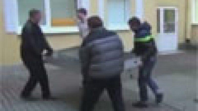 Zapping : Un iPhone géant démonté en Russie suite au comming out de Tim Cook…