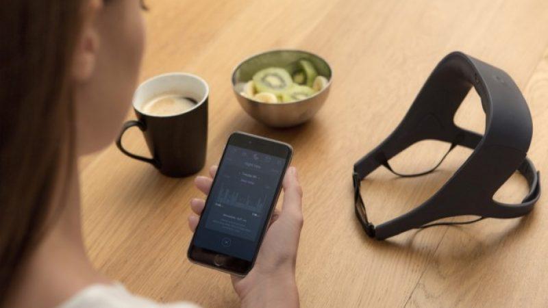 La start-up française Rythm, financée en partie par Xavier Niel, veut améliorer la qualité du sommeil grâce à un casque de nuit