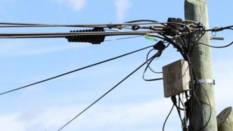 SFR opte pour la fibre optique en aérien dans 12 communes, les élus s'opposent