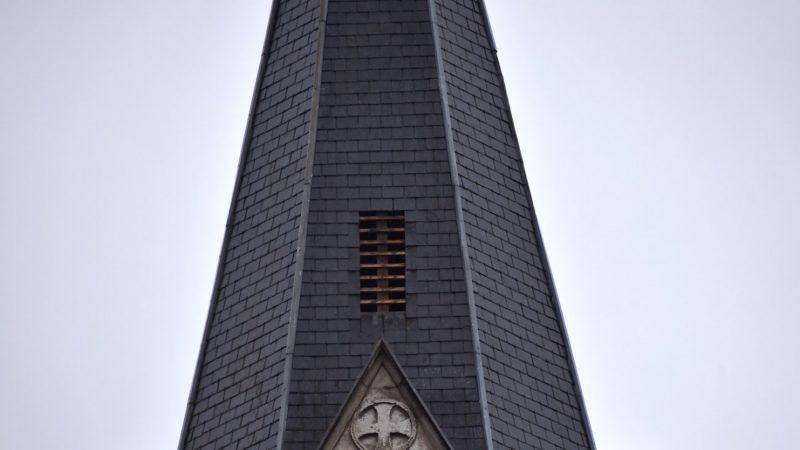 Des tuiles changées sur le toit d'une église pour améliorer le signal d'une antenne Free Mobile