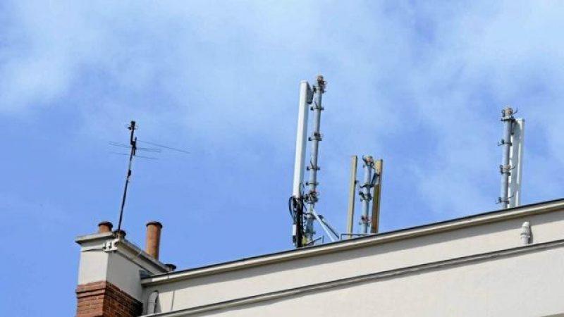 L'antenne relais Free Mobile installée sur un toit à Trappes inquiète les parents, mais satisfait les abonnés de l'opérateur