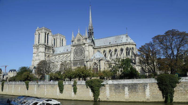 Notre-Dame de Paris : Arielle Dombasle se fait incendier sur Twitter pour un hommage vidéo gracieux, mais surtout très malaisant