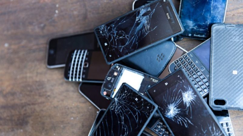 Obsolescence programmée : Greenpeace distribue ses cartons rouges à Microsoft, Samsung et Apple