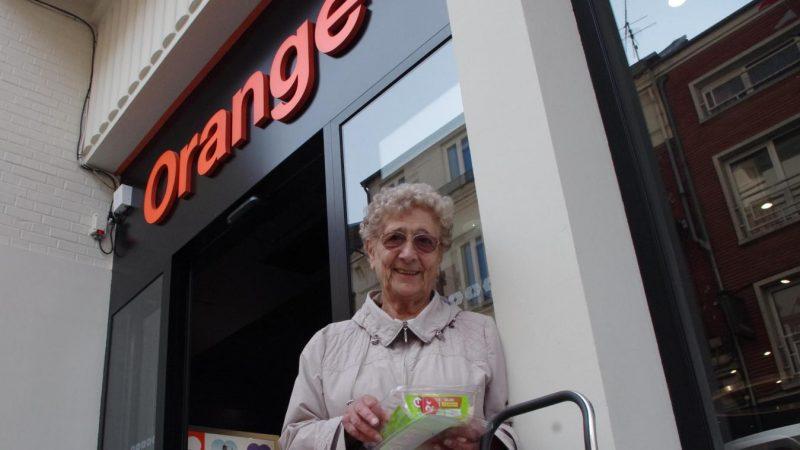Orange : cette octogénaire fait le pied de grue devant la boutique pour qu'on rétablisse ses services