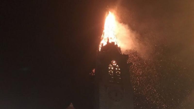 En images : le clocher d'une église et des antennes-relais flambant neuves d'Orange et SFR partent en fumée