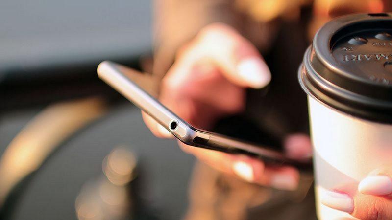 COVID-19 : des opérateurs mobiles invitent à rester chez soi, au lieu d'afficher leur nom