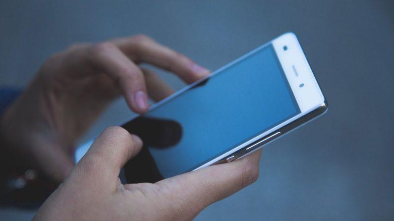 Confinement : les Français utilisent en permanence leurs smartphones