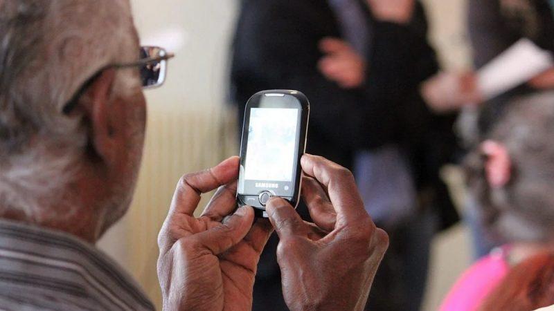 Confinement : Orange montre aux seniors comment passer des appels vidéo depuis leur smartphone