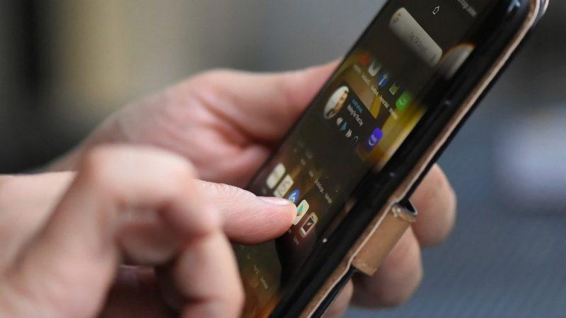 Smartphone : Orange vous explique comment le désinfecter efficacement, sans l'abîmer