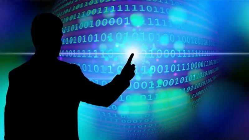 Lutte contre les fausses informations : les réseaux sociaux devront jouer la transparence