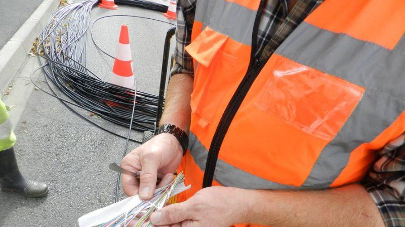 34 000 abonnés d'Orange et d'autres opérateurs privés d'internet suite à la coupure d'un câble de fibre optique par un engin agricole