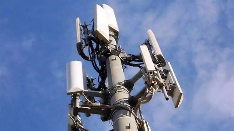 Refusant une antenne-relais de Free, des habitants installent des cabines téléphoniques à la place
