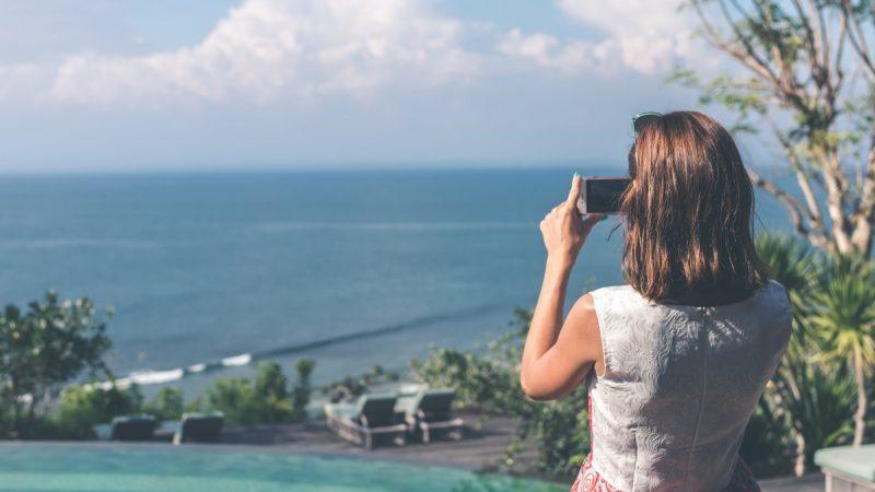Vacances connectées et sereines : la FFT vous livre ses conseils