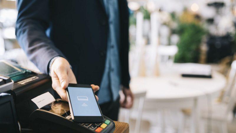 Avec 794 millions d'euros dépensés via le paiement mobile en 2019, la carte bancaire reste tout de même l'outil de paiement privilégié