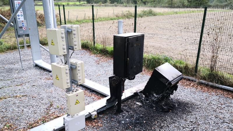 Un pylône mobile gratuit et un répartiteur orange incendiés par des groupes anti-5G