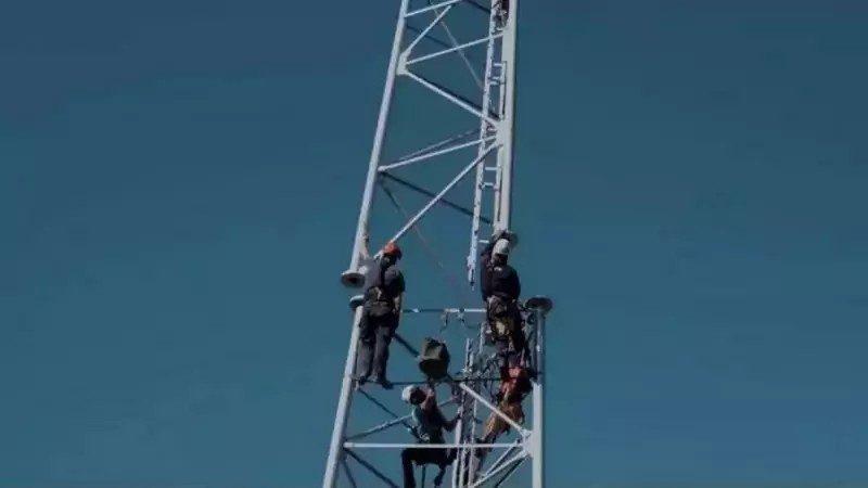 Free Mobile : la pollution visuelle d'un futur pylône montrée avec des ballons