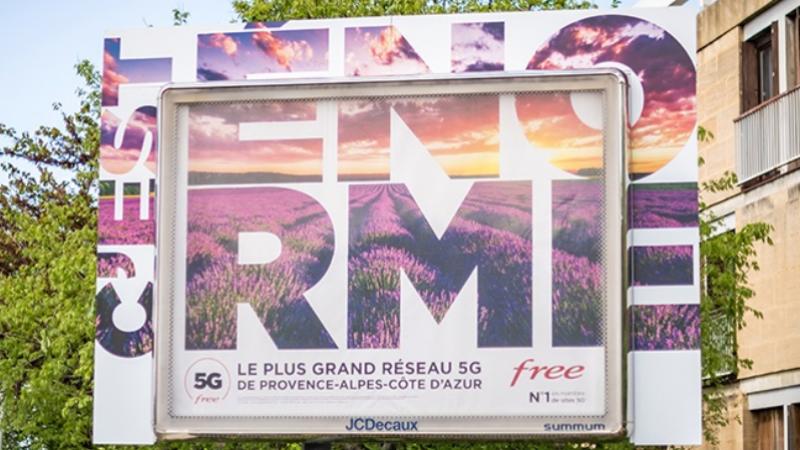 """Free donne une nouvelle envergure à son """"énorme"""" campagne pour son réseau 5G, en dépassant du cadre"""