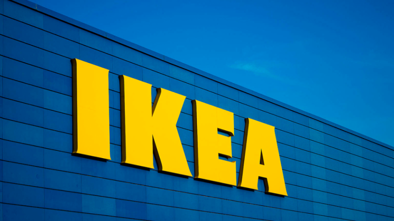 Ikea lance un chargeur sans fil à cacher sous une table