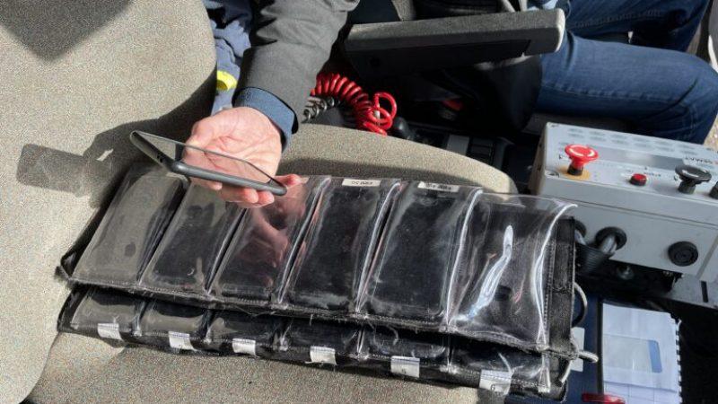 Des sacs remplis de smartphones pour vérifier la couverture mobile d'Orange, Free, SFR et Bouygues Telecom